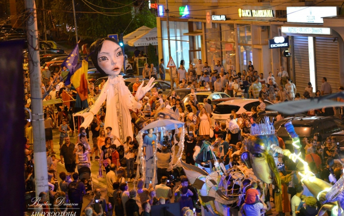 incepe-nebunia-puppets-occupy-street